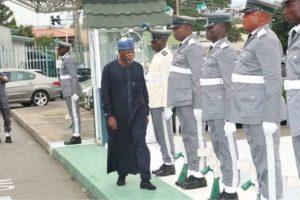 customs-sacks-officers